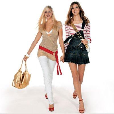 Модный макияж и одежда подчеркивающие женскую привлекательность